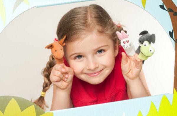 Улыбающаяся девочка с пальчиковыми игрушками