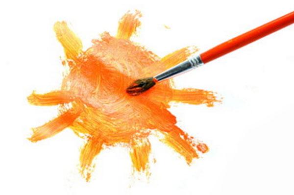 Солнышко, нарисованное на листке бумаги и кисточка