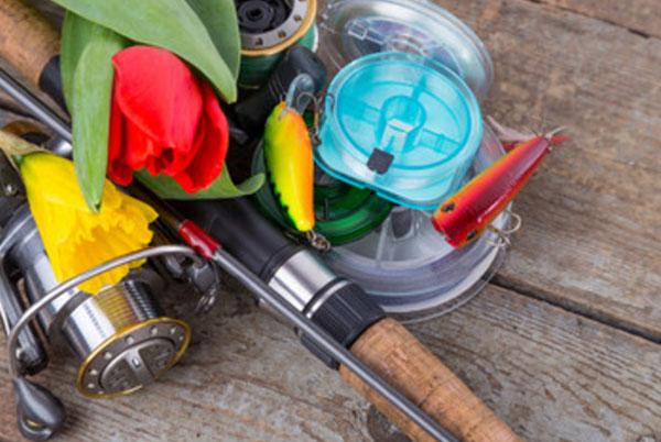 Удочка, рыболовные снасти и тюльпаны