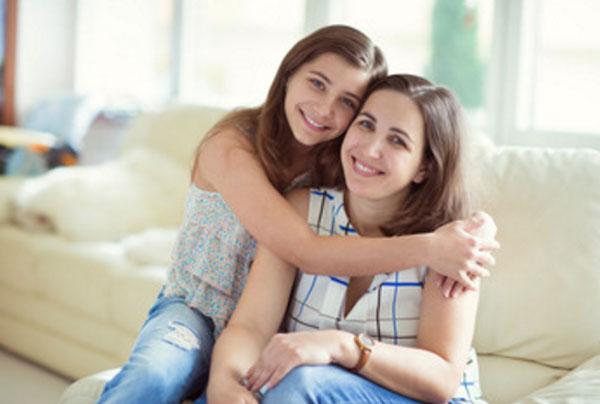 Девочка -- подросток обнимает маму