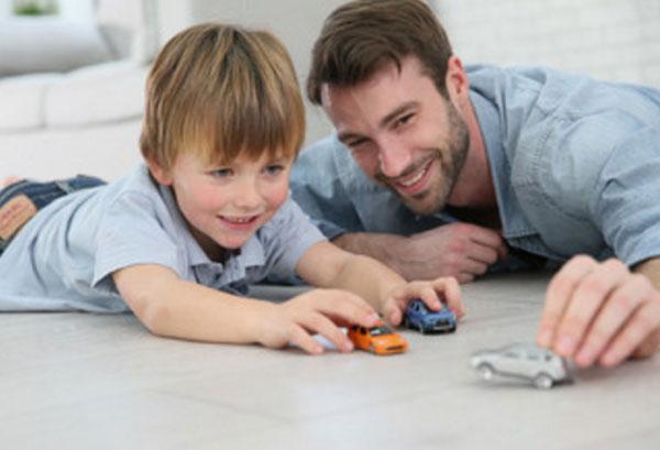 Сын и отец играют машинками