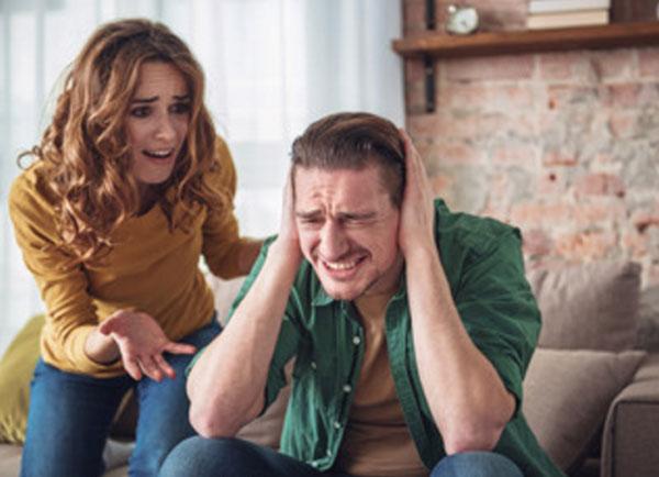 Жена кричит на мужа. Он закрывает уши руками