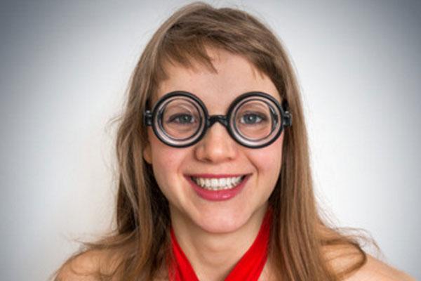 Девочка - подросток в очках улыбается
