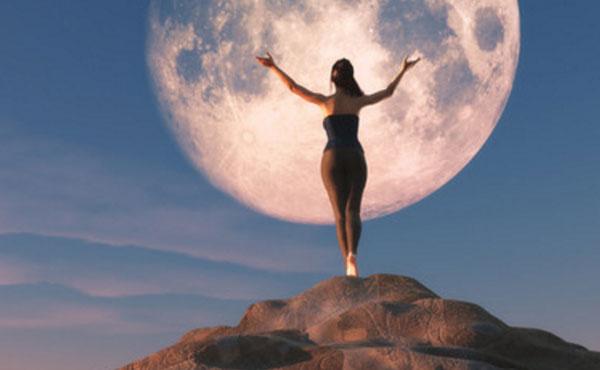 Силуэт женщины на фоне луны