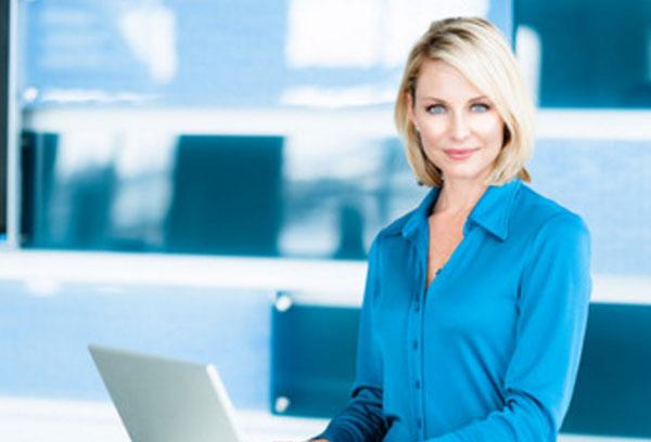 Серьезная женщина работает за ноутбуком