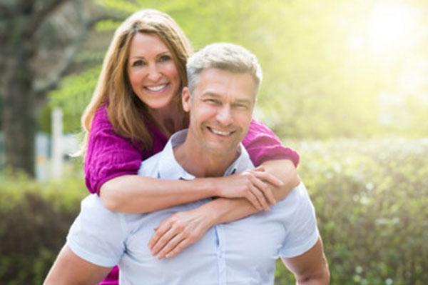 Счастливая пара. Женщина обнимает мужчину со спины