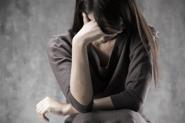 Женщина сидит в раскаянии