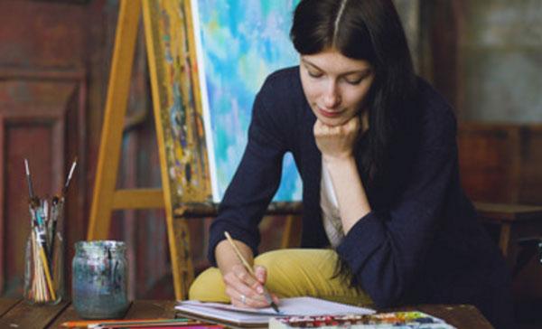 Женщина рисует кистью