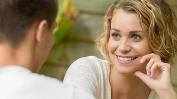 Девушка влюбленными глазами смотрит на парня и улыбается