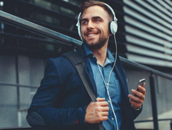 Счастливый мужчина с наушниками на ушах