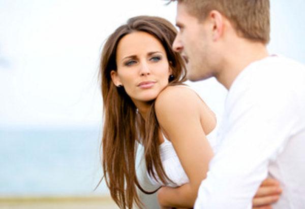 Девушка с серьезным выражением лица смотрит на парня, который ей что-то говорит