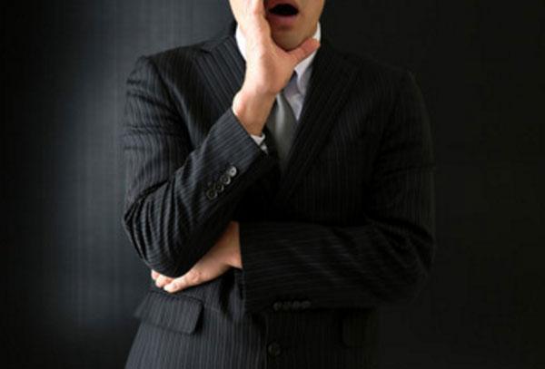 Мужчина в костюме приоткрыл рот, что-то говорит