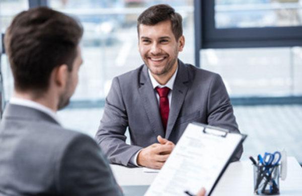 Мужчина в костюме пришел на собеседование, он улыбается