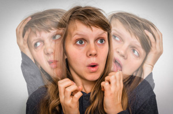 Испуганная женщина, сзади которой полупрозрачные изображения двух других ее Я