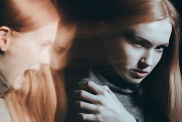 Девушка, за спиной которой ее кричащее лицо