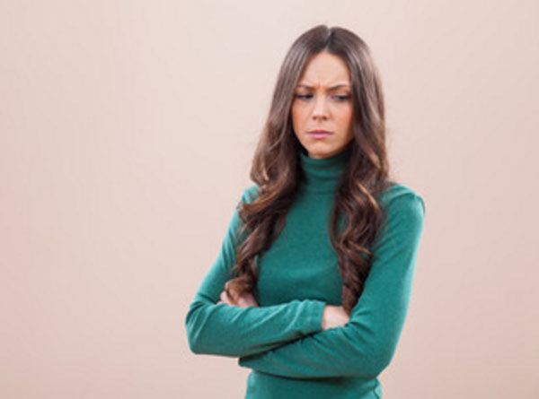 Женщина с обиженным выражением лица