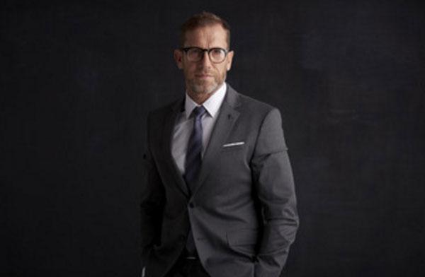 Солидный мужчина в очках и костюме