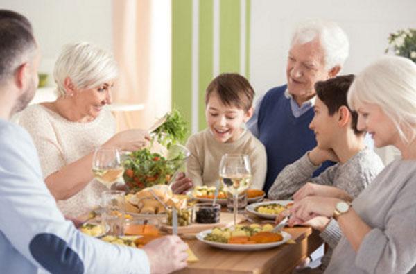 Праздничный ужин большой семьи