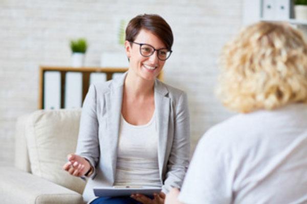 Женщина общается с психотерапевтом