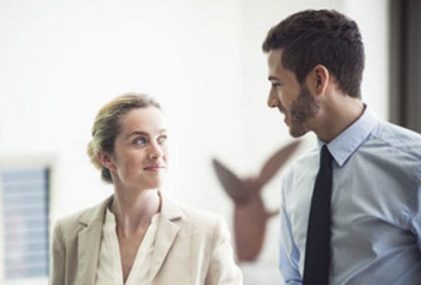 Мужчина и женщина беседуют, смотрят друг на друга