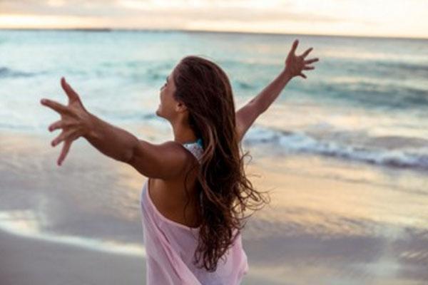 Счастливая женщина на берегу моря