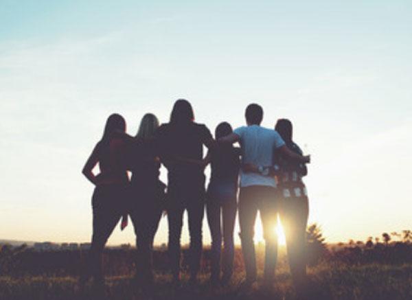 Группа людей наблюдает солнечный закат