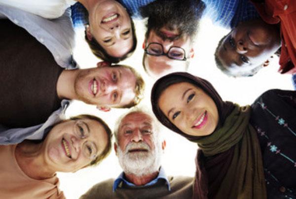 В один круг стали люди  разного возраста, национальности и половой принадлежности