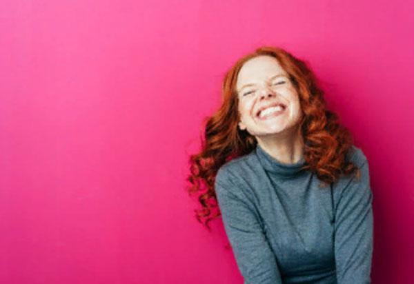 Счастливая девушка смеется