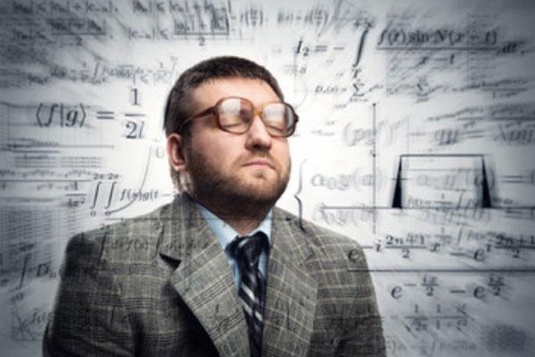 Мужчина в очках в окружении всевозможных формул