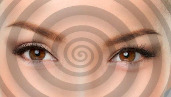 Глаза женщины. На ее лицо проецируется гипнотизирующий круг