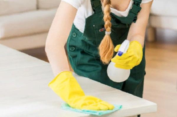 Женщина вытирает стол