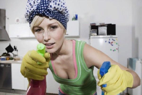 Женщина собирается заняться уборкой