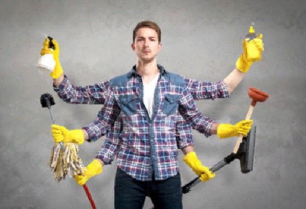 У мужчины 6 рук. В каждой - предмет для уборки