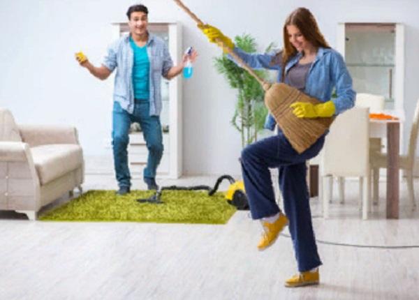 Парень с девушкой занимаются уборкой. Но делают из этого веселье