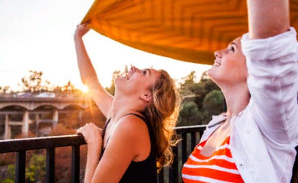 Две девушки хорошо проводят время