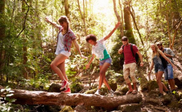 Компания друзей на прогулке в лесу