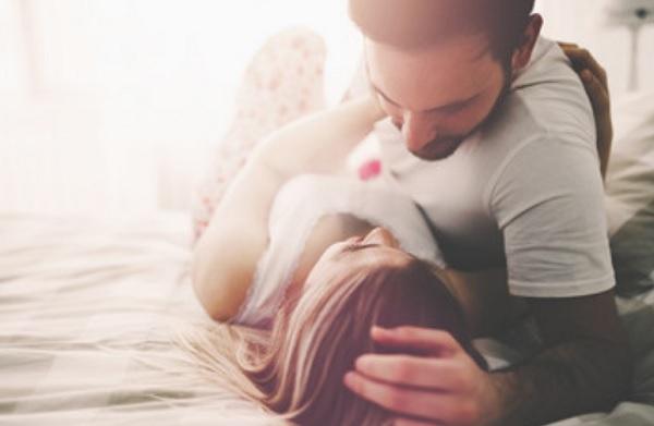 Парень уложил девушку на кровать
