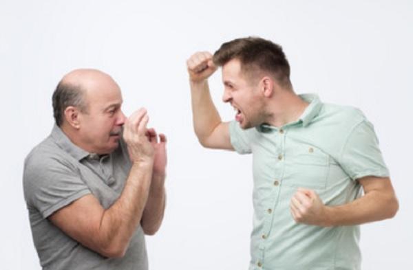 Взрослый сын хочет ударить отца