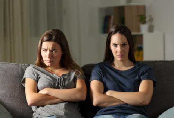 Две сестры. Одна очень злая, другая расстроенная