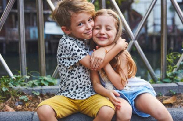 Брат обнимает сестричку
