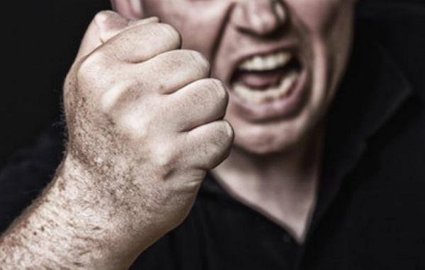 Злой мужчина с кулаком