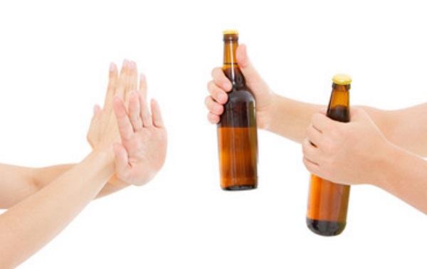 Женщина показывает жестами, что отказывается от предлагаемых ей бутылок