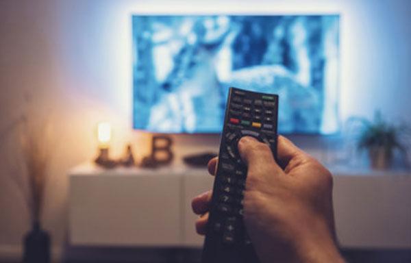 Пульт на фоне телевизора