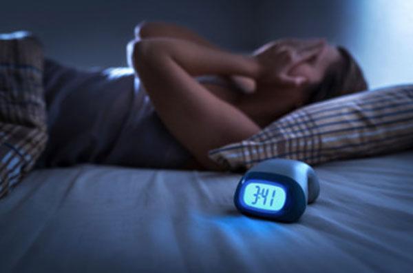 Женщина не спит, на часах три сорок