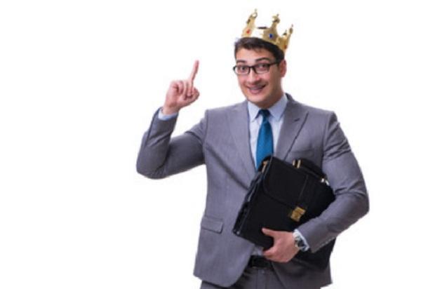 Мужчина в очках с короной на голове