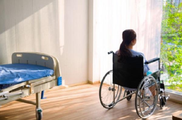 Женщина на инвалидной коляске