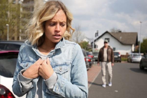 К испуганной женщине приближается мужчина
