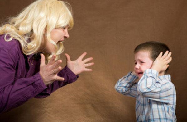 Мама кричит на ребенка
