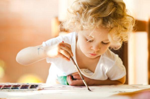 Ребенок рисует красками