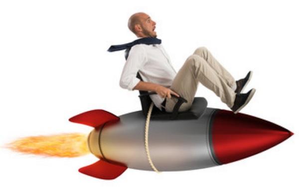 Мужчина сидит на ракете. Он в ужасе